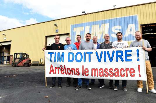Des salariés de TIM déploient une banderole à l'extérieur de l'usine, à Quaëdyrpe (Nord), le 20 juillet.