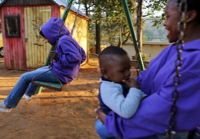 Dans un foyer pour mères et enfants porteurs du VIH et malades du sida, à Johannesbourg en République d'Afrique du Sud.