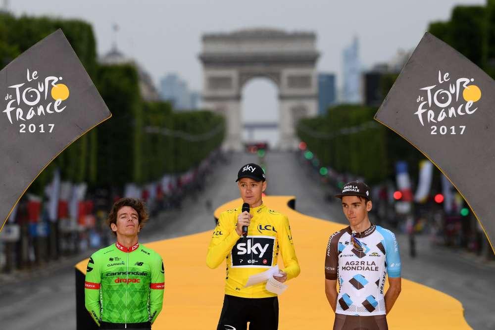 Le podium du Tour de France: le BritanniqueChristopher Froome, vainqueur pour la quatrième fois, le Colombien Rigoberto Uran, à la seconde place, et le Français Romain Bardet, àla troisième place.