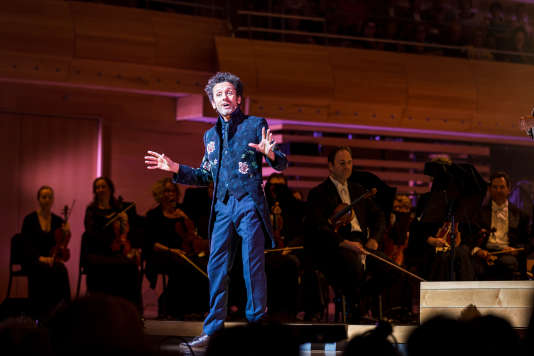 L'humoriste québécois André Sauvé et les musiciens de l'Orchestre symphonique de Montréal.