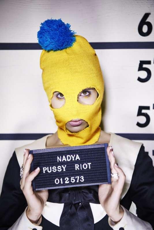 L'un des prix de la campagne de financement participatif : un tirage montrant la Pussy Riot posant en costume de prisonnière.