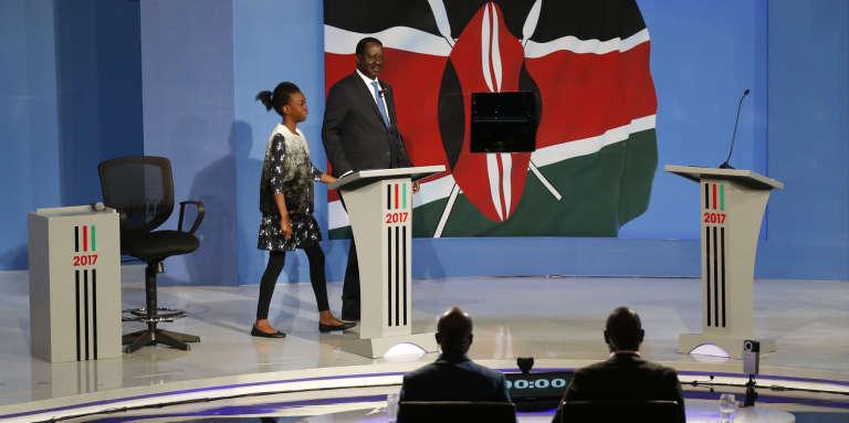 Raila Odinga, leader de l'opposition et candidat aux élections du 8 août, arrive accompagné de sa petite-fille sur le plateau de télévision pour participer au débat présidentiel, lundi 24 juillet 2017, à Nairobi. Le président sortant, Uhuru Kenyatta, ne s'est pas présenté.