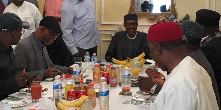 La photo publiée sur le compte Twitter de la présidence nigériane, le 23juillet 2017, montre le président avec une délégation de l'All Progressives Congress, son parti, à Londres.