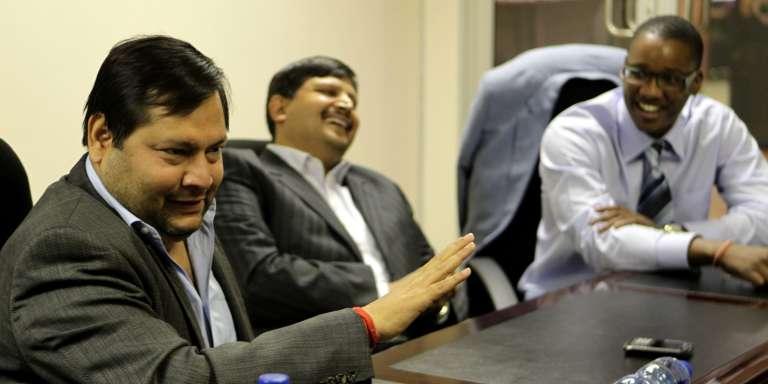 Les frères Ajayet Atul Gupta (à gauche) avec Duduzane Zuma, l'un des fils du président sud-africain,à Johannesburg, le 4 mars 2011.