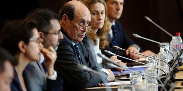 Alain Martineau (au centre), PDG de GMD, lors d'une réunion sur le sauvetage de GM&S au ministère de l'économie, à Paris, le 11 juillet.