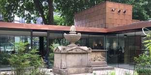 Le jardin intérieur, avec le monument funéraire du vice-amiral William Bligh et celui des Tradescant.