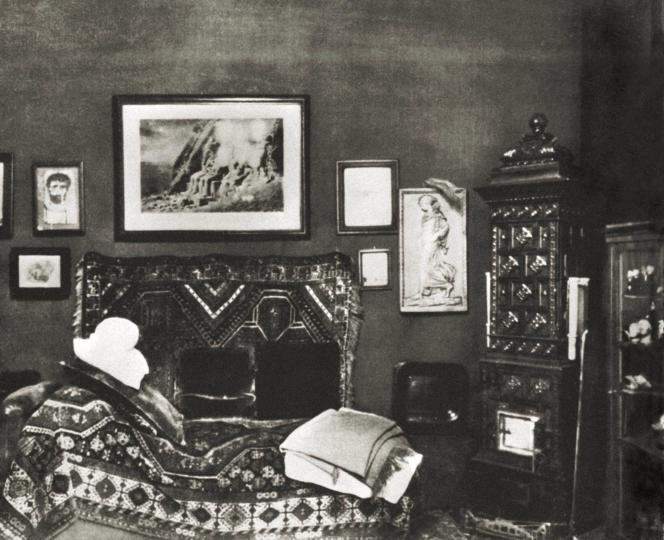 Vue du bureau et du divan du psychanalyste Sigmund Freud (1856-1939) à Vienne, en Autriche, en 1902 .