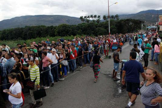 Des milliers de personnes, décidées à émigrer ou à se réapprovisionner, traversent la frontière avec la Colombie, à San Antonio del Tachira, le 25 juillet.