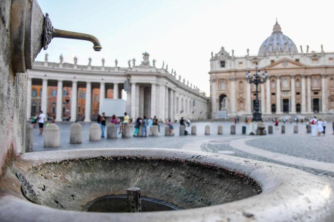 Les fontaines de la place Saint-Pierre à Rome ont été coupées par les autorités du Vatican, à cause de la sécheresse.