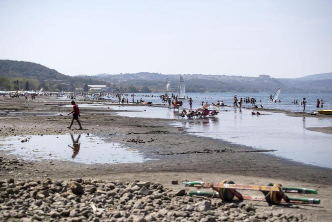 Sur la rive du lac de Bracciano au nord-ouest de Rome, le 23 juillet.