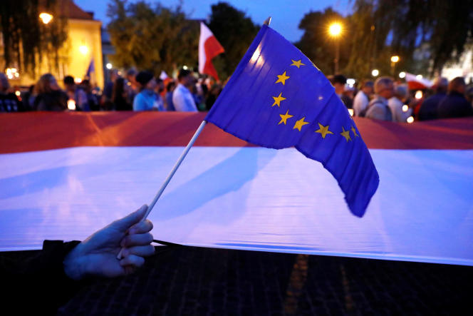 Des manifestants, rassemblés à proximité de la Cour suprême à Varsovie, protestent contre le projet de réforme de la justice, le 25 juillet.