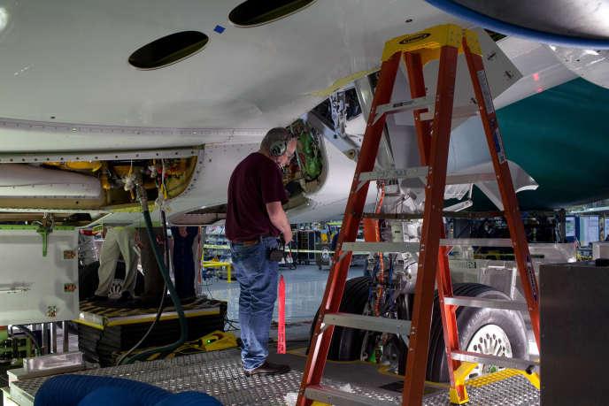 Un employé de Boeing travaille sur un Boeing 737 sur une chaîne de production de Renton, dans l'état deWashington, le 7 décembre 2015.