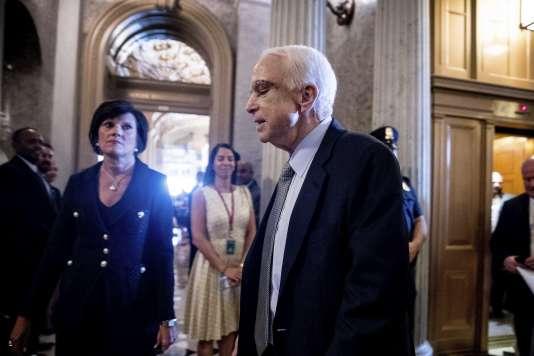 Le sénateur républicain John McCain arrive au Capitole, à Washington, mardi 25 juillet.