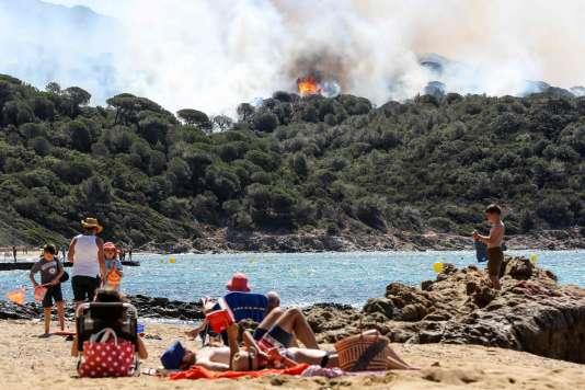 Des vacanciers à La Croix-Valmer, près de Saint-Tropez, mardi 25 juillet.