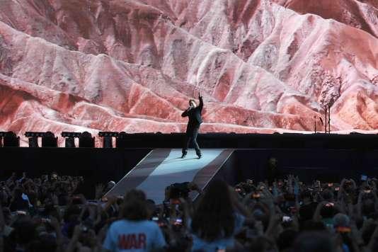 Le chanteur Bono du groupe U2 lors du concert donné au Stade de France de Saint-Denis, le 25 juillet 2017.