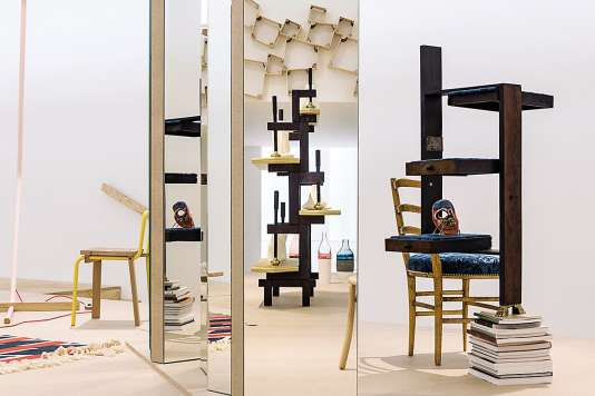 Chaise V & Ade Tomàs Alonso,Split Box Shelves de Peter Marigold, étagères Old Furniture-New Faces de Martino Gamper, Selfmask de Laureline Galliot.