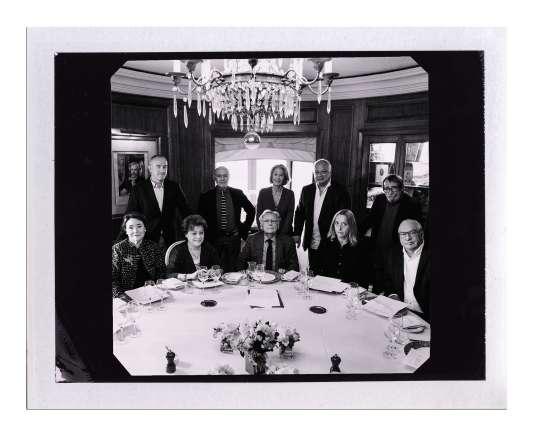 Virginie Despentes avec les neuf autres membres de l'académie Goncourt, chez Drouant, le 3 mai.