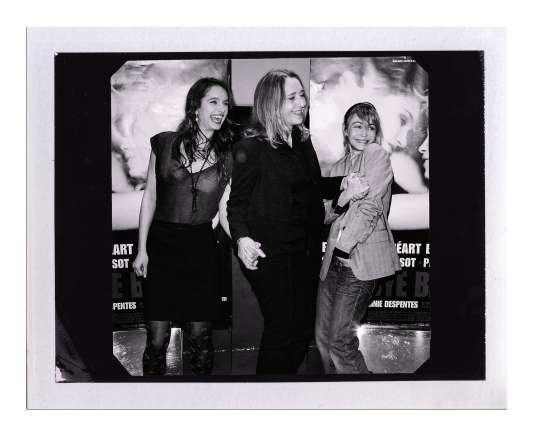 L'auteure avec les actrices Clara Ponsot et Emmanuelle Béart, à la sortie de «Bye Bye Blondie», adapté de son roman, en mars 2012.