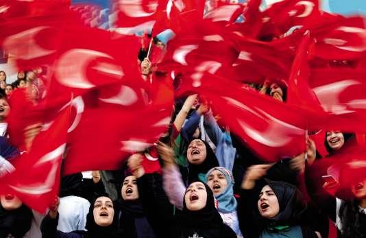 Le concept du « bon djihad »enseigné dans les écoles publiquesexalte « l'amour de la patrie ». Ici, lesétudiantes d'une écolereligieuseattendent la venue du président Erdogan,le 26 mai 2017,à Istanbul.