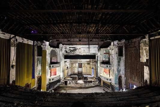 Dans la grande salle du théâtre-cinéma déserté, le plâtre s'effrite et des morceaux de papier peint sur les balcons parlent encore du passé. Certains sièges, éventrés, ont fini par être enlevés.