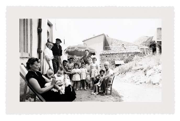 Jean-Claude Ellena à 5 ans (premier enfant à gauche sous le parasol) avec sa famille, à Séranon, en 1952.