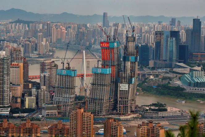 Un immense centre commercial en construction à Chongqing, le 13 juillet 2017.