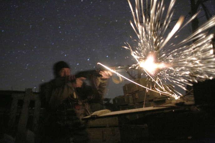 Un militaire ukrainien, lors d'un accrochage avec les forces séparatistes prorusses, le 31 mars, près de Donetsk.
