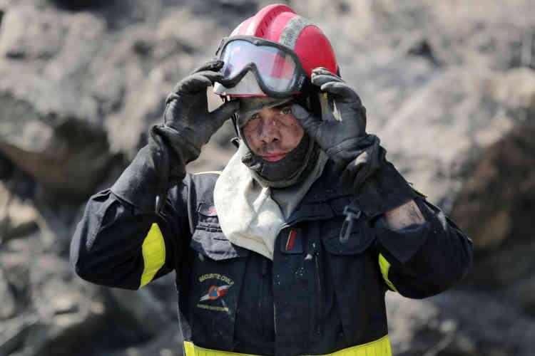 Un pompier prend une pause dans le village d'Ortale, en Corse, le 25juillet. Des centaines de pompiers ont été mobilisés afin de maîtriser les incendies entre le sud-est de la France et la Corse.