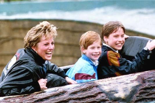 Diana et ses fils, les princes William (à droite) et Harry, lors d'une sortiedans un parc d'attractions, en avril 1993.
