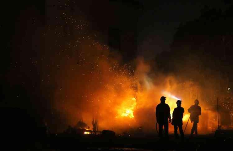 Des pompiers à Biguglia, en Corse, le 24 juillet.