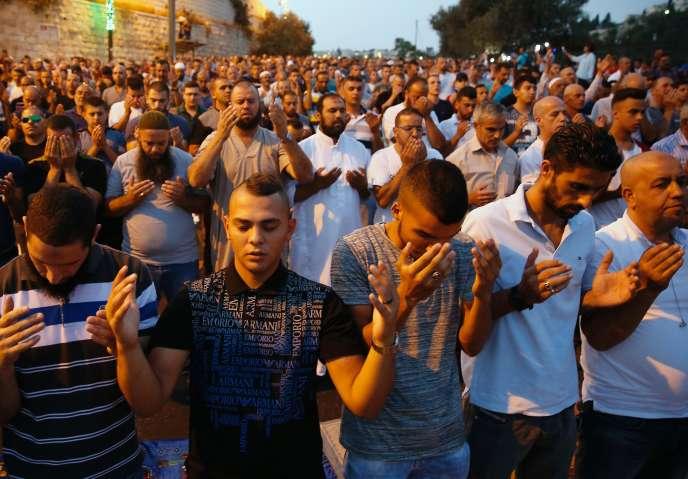 Les fidèles musulmans continuent de prier dans la rue, en dehors de l'esplanade, malgré le retrait des portiques et des installations de caméras de surveillance.