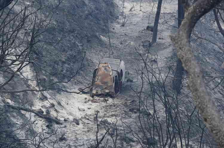 Les restes d'un véhicule détruit par le feu à Carros, le 24 juillet.