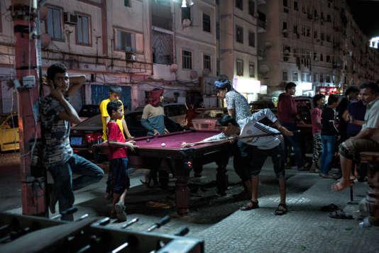 Des enfants jouent au billard dans la rue principale d'Aden, Ma'ala street, le 14 juin, après l'Iftar.
