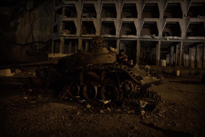 Un milicien de la « ceinture de sécurité » mâche du kat sur un ancien char houti détruit, lors de sa garde sur les hauteurs d'Aden, le 13 juin. La sécurité est la première priorité des autorités d'Aden, en proie à la montée de groupes radicaux comme Al Qaida.