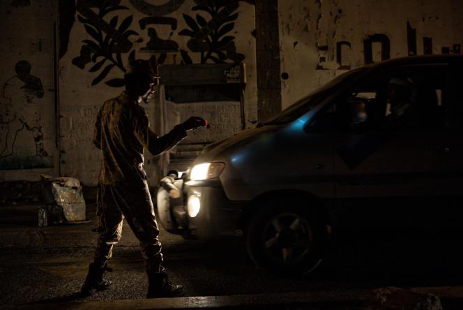 Un milicien de la 'Ceinture de sécurité' contrôle les voitures circulantentre les quartiers d'Aden, le 13 juin. La sécurité est la première priorité des autorités d'Aden, en proie à la montée de groupes radicaux comme Al Qaida.