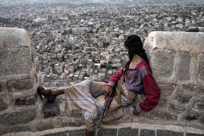Un combattant des brigades salafistes d'Abu al Abbas observe la ville de Taez depuis la citadelle d'Al Qahira reprise aux Houtis 3 mois auparavant, le 24 juin 2017. La ville est assiégée et bombardée depuis deux ans par les Houtis et les victimes civiles blesséees et tuées se comptent désormais par milliers.