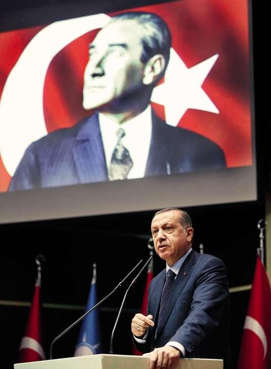 Recep Tayyip Erdogan, sous un portrait d'Atatürk, à Ankara, en mai 2017.Président de la Turquie de 1923 à 1938, lepro-occidentalMustafa Kemal, dit Atatürk, avait instauré un Etat laïque et prônait un encadrement de la religion.