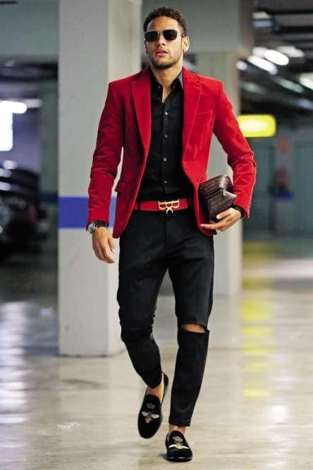 Ca y est, enfin, Neymar est en marche vers le PSG. Mais est-il équipé convenablement pour faire le long chemin vers la France? Pour accompagner une tenue confirmant un goût suspect pour le rouge et le noir, et une propension malheureuse à être victime de tacles appuyés au genou, le Brésilien a choisi de porter des velvet slippers brodés. Or l'histoire nous apprend que ce type de souliers fut inventé, au XIXesiècle, par le prince Albert d'Angleterre, pour rester tranquillement à demeure. Pas facile pour avaler les kilomètres.