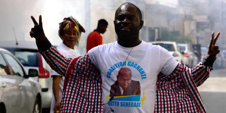Un partisan de l'ex-président sénégalais Abdoulaye Wade lors du rassemblement sur la place de l'Indépendance, à Dakar, le 25juillet 2017.