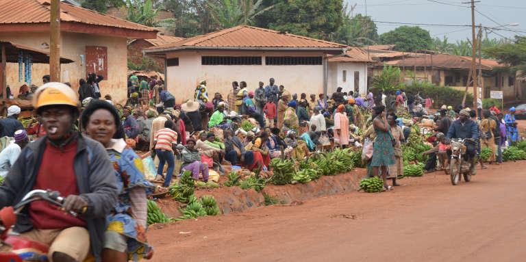 Une rue de Bangangté, au Cameroun, en 2013. Ici, jeter une ordure au sol est passible d'une amende de 25000francs CFA (38euros).