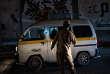 Un milicien de la 'Security Belt' contrôle les voitures circulant entre Cratère (Shira), et Ma'ala, deux quartiers d'Aden, le 13 juin.