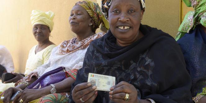 A Fatick, au Sénégal, une femme montre sa carte d'identité alors qu'elle attend de voter lors du référendum du 20mars 2016.