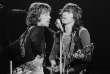 Le chanteur Mick Jagger (à gauche) et le guitariste Keith Richards, sur la scène du Palais des sports, à Paris, en 1970.