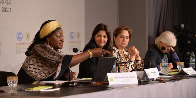 Célestine Ketcha Courtès, la maire de Bangangté (à gauche), à côté de son homologue parisienne, Anne Hidalgo, lors de la Conférence de Marrakech sur les changements climatiques (COP22), le 11novembre 2016.