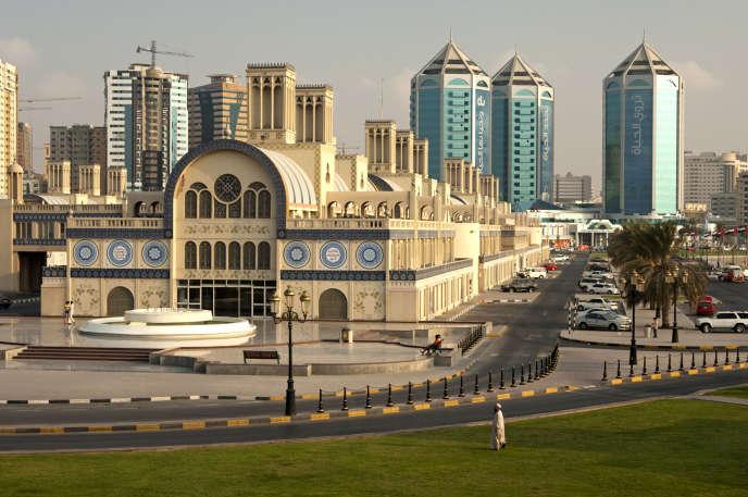 Le souk Al-Markazi, ou « souk bleu », l'un des plus grands de Chardja, traduit la volonté de retranscrire l'architecture traditionnelle.