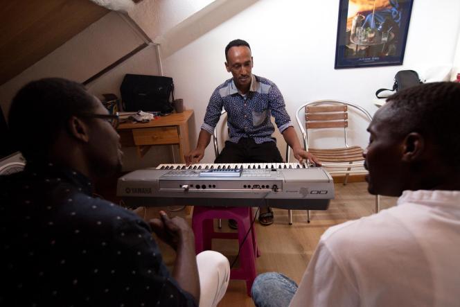 Le 23 juin 2017, Hassan chez lui, à Vichy, avec Yaya (g.) et Ahmed (dr.) chez lui pour faire une petite répétition du groupe qu'ils ont créé, les Soudan Célestin Music.