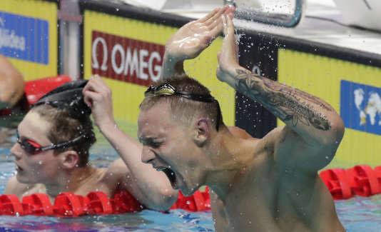 Caeleb Remel Dressel exulte après sa victoire lors du 100 m nage libre des Mondiaux de Budapest.