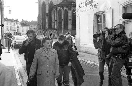 La belle-soeur de Bernard Laroche, Murielle Bolle (3ème G) arrive au Palais de Justice d'Epinal, le 29 janvier 1985, pour une confrontation, déjà, avec les gendarmes.