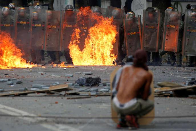 «Les forces armées, arbitre en puissance d'un système politique caractérisé par des conspirations prétoriennes récurrentes, pratiquent l'attentisme, tout en régnant sur une partie de l'économie, voire de l'exécutif». (Photo : manifestation de l'opposition vénézuéliennelors de la première des deux journées de grève nationale, à Caracas, mercredi 26juillet).