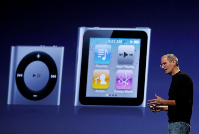 Le fondateur d'Apple, Steve Jobs, présente les nouvelles versions de l'iPod suffle et de l'iPod nano, le 1er septembre 2010, lors d'un événement Apple à San Franscisco.